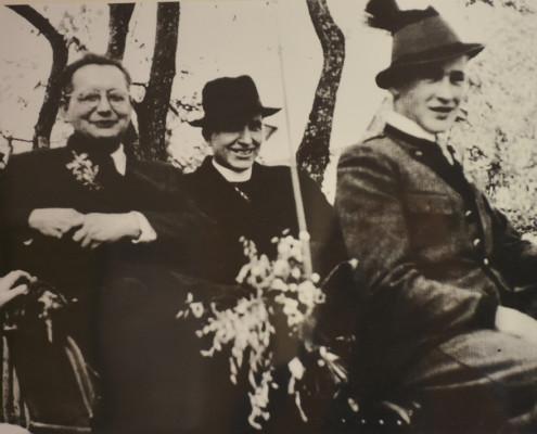 Pfarrer Dinges, Pfarrer Paier mit dem Moarhofer auf dem Erntewagen 1955